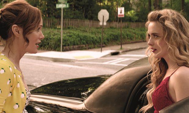 Die alleinerziehende Mutter Lisa (Leslie Mann) sorgt sich. Das findet Julie (Kathryn Newton) überflüssig.