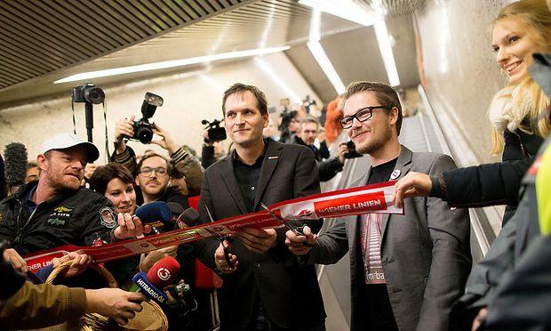 Wiener Linien-Sprecher Answer Lang (li.) mit dem Organisator des Events vor besagter Rolltreppe.
