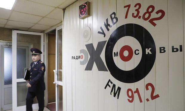 Mann sticht auf Radio-Moderatorin ein