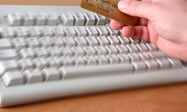 Tastatur und Kreditkarte - keyboard and a credit card