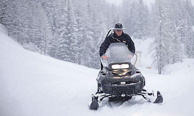 Mit einem Skidoo kommt man bei Pisten schnell bergauf. Die Gefahren des Gefährts für unerwartet entgegenkommende Skifahrer wurden aber nun ein Thema fürs Gericht.
