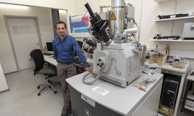 Er liebt es, seine Theorien im Experiment zu überprüfen: Physiker und Elektronenmikroskopforscher Robert Winkler.