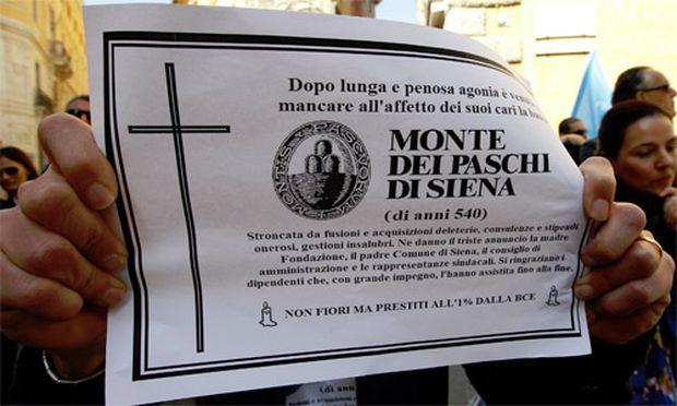 Einwohner von Siena demonstrieren gegen den Tod der Bank.