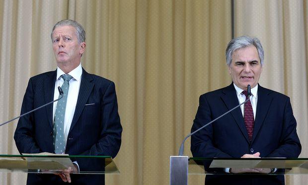 """Vizekanzler Reinhold Mitterlehner äußerte sich nach dem Ministerrat über die Vorgangsweise von Bundeskanzler Werner Faymann verärgert. """"Da spielen wir nicht mit."""""""
