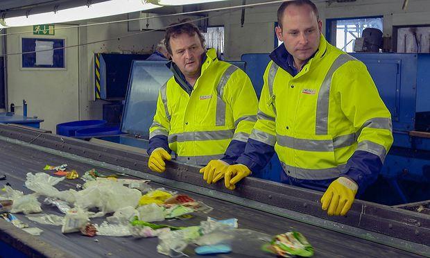 Hanno Settele sortiert für seine Doku Plastikmüll aus.