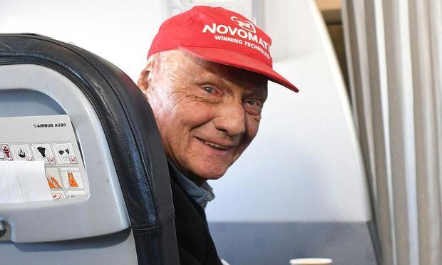 Vor einem Jahr war die Welt noch heil, als Niki Lauda in seiner neuen Laudamotion Passagier spielte.