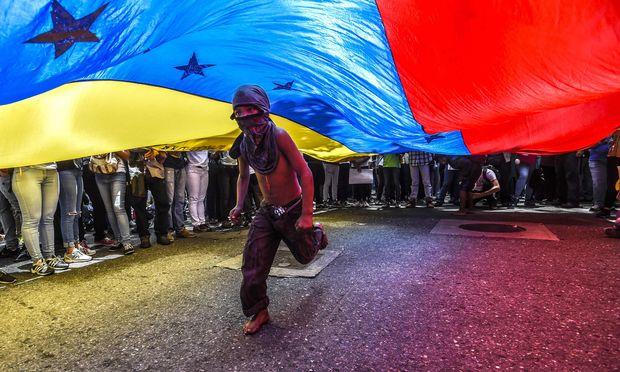 Die oppositionellen Kräfte Venezuelas drohen mit täglichen mehrstündigen Blockaden der Infrastruktur des südamerikanischen Ölstaates, der seit langem ins Chaos driftet.