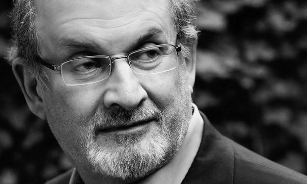 """Salman Rushdie, 1947 in Bombay geboren, hat seinen jüngsten Roman kurz nach der Wahl Donald Trumps zum US-Präsidenten abgeschlossen. Trump kommt in """"Golden House"""" als grünhaariger Joker vor."""