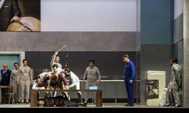 """Makabre Rituale in der sterilen Grals-Küche: Richard Jones' """"Parsifal""""-Inszenierung."""