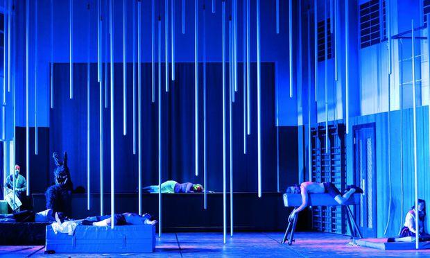 """Ein Wald bei Athen? Damiano Michielotto lässt Benjamin Brittens Oper """"Sommernachtstraum"""" lieber im Turn- und Theatersaal einer Schule spielen. Dort träumt sich Puck seine Eltern zurück."""