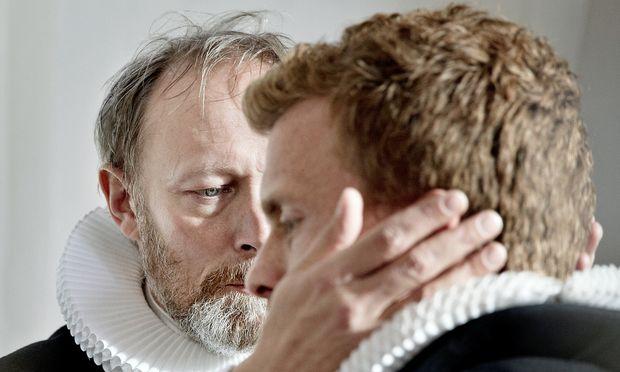 Pfarrer Johannes (Lars Mikkelsen, links) und sein Sohn August (Morten Hee Andersen).