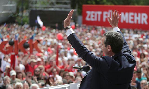 Parteichef Christian Kern (hier am 1. Mai 2018) will die sozialdemokratische Basis künftig mehr mitreden lassen.