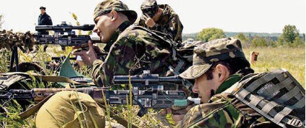 Schießübungen mit Scharfschützengewehren