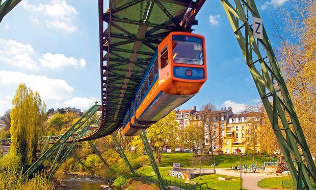 """Die Wuppertaler Schwebebahn wurde am 1. März 1901 eröffnet. Dieses Verkehrskunstwerk ist das Sight dieser """"Großstadt im Grünen"""" und steht seit 20 Jahren unter Denkmalschutz."""