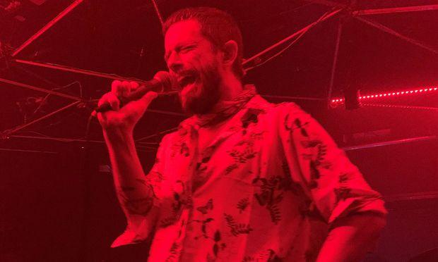 Beseelt: Yeasayer-Sänger Chris Keating in der Grellen Forelle am Wiener Donaukanal.