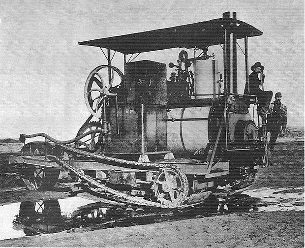 Ein Holt-Raupenschlepper mit Dampfmaschine
