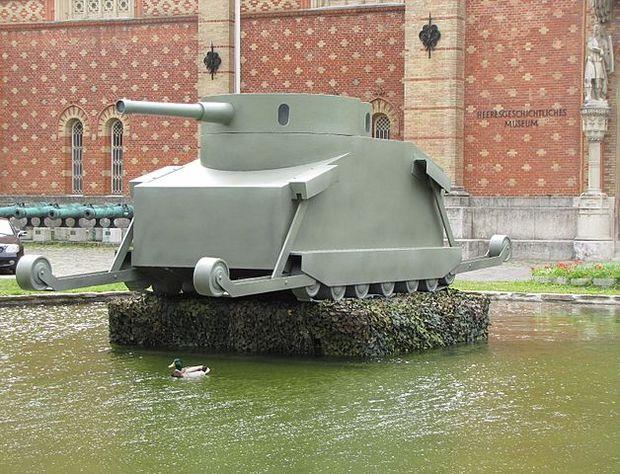 Modell des Motorgeschützes Burstyn vor dem Heeresgeschichtlichen Museum in Wien, anno 2011