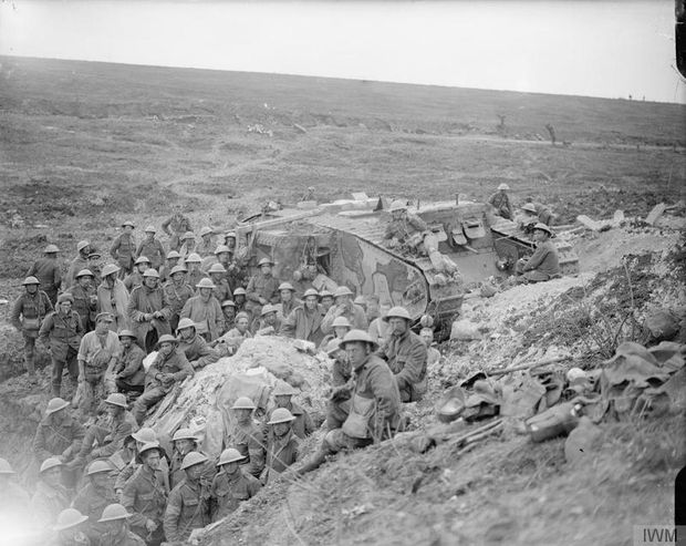 Soldaten der 41. englischen Division nahe Flers mit einem der letzten drei fahrbereiten Mark I, 17. September 1916