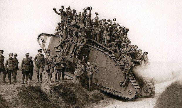 Späteres Modell Mark IV und eine fröhliche Truppe, etwa 1917/18