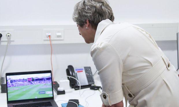 Theresa May beim Spiel England gegen Indien.