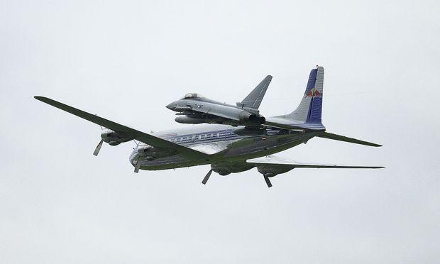 Eurofighter und Douglas DC6B