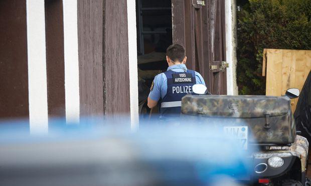 Die Kriminalpolizei geht von einem erweiterten Suizids innerhalb einer Art privater Sekte aus.