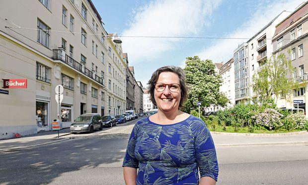 Fernab vom Großstadtgetöse: Ulla Harms in ihrem Grätzl.  / Bild: (c) DIMO DIMOV