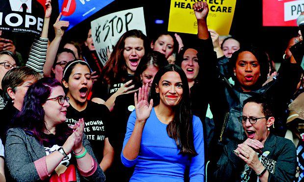 Alexandria Ocasio-Cortez ist 1989 geboren und die jüngste Kongressabgeordnete der USA. Politisch steht sie weit links.