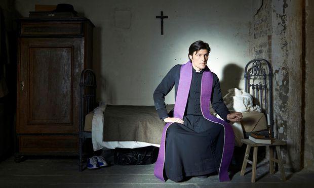 """""""Ein Guter"""": Stipe Erceg als Beichtvater in der deutschen Serie """"Culpa""""."""