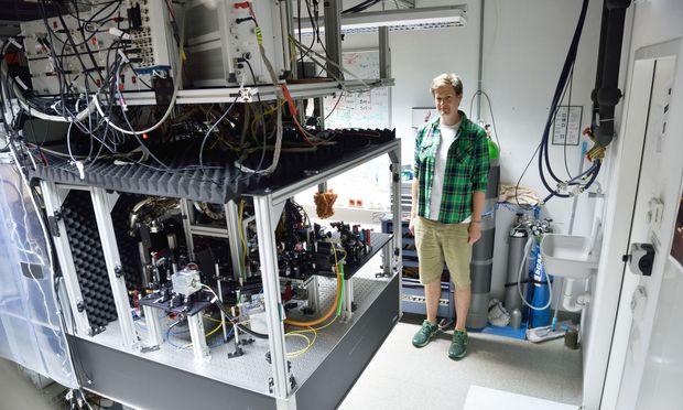 """""""Lieber zwei Wochen im Labor als eine Stunde in der Bibliothek"""", sagte Philipp Haslinger einst als Student. Nun ist er, wo er sein wollte."""