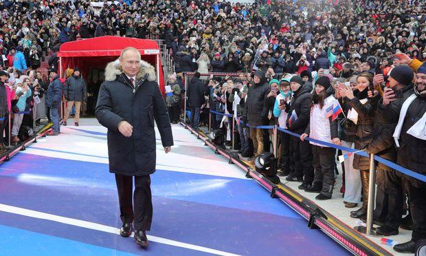 Wladimir Putin macht sich im Wahlkampf rar. Er zeigt sich oft nur bei Kurzauftritten – wie in der neuen Fußballarena.