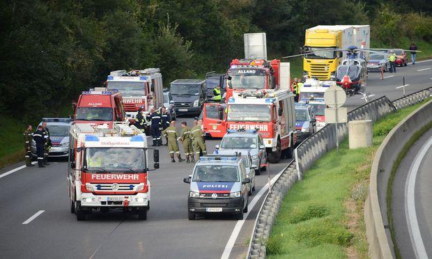 Einsatzkräfte am Sonntag bei der Unfallstelle