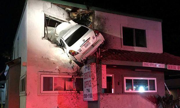 Mit Dem Auto Durch Die Wand Arztbesuch Im Ersten Stock Diepresse Com