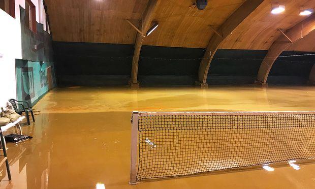 Tennishalle unter Wasser