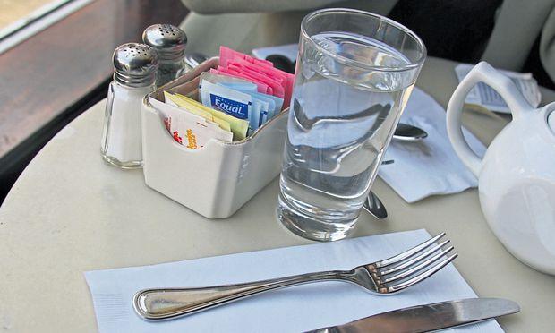 Bleibt bzw. wird das Glas Leitungswasser im Lokal ohne Zusatzkosten serviert? Das entscheidet auch weiterhin der Wirt.