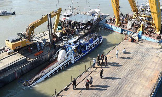 Die Bergung des Unglücksbootes war eine heikle Angelegenheit.