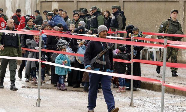 Kämpfer und ihre Familien verlassen Homs