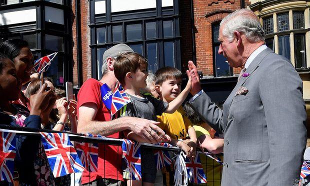 Charles und Camilla besuchten Geschäfte, schüttelten Hände von Schaulustigen und unterhielten sich mit Einsatzkräften. / Bild: REUTERS