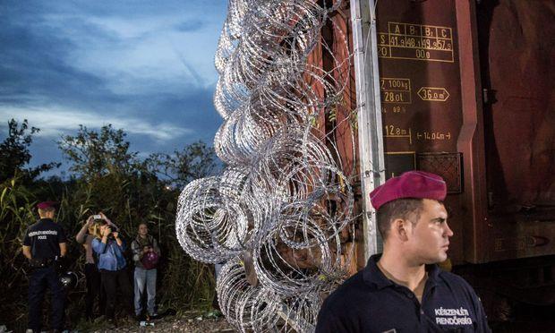 Güterwaggons verstellen das letzte Schlupfloch nach Ungarn