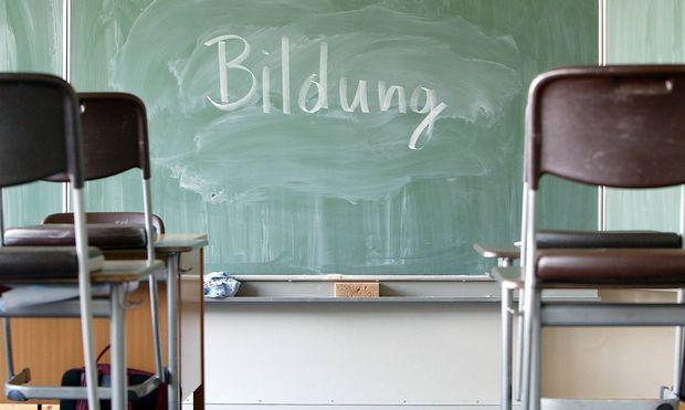 Bildung steht auf einer Schultafel geschrieben Radevormwald Deutschland Blackboard Radevor