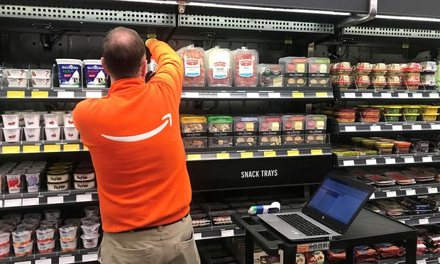 Ein Angestellter im neuen Amazon-Supermarkt / Bild: REUTERS