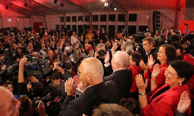 Im SPÖ-Zelt am Wahlabend: Eine Funktionärspartei feiert sich selbst. lntellektuelle gesellten sich dazu, Beamte, Freiberufler, Aktivisten der Zivilgesellschaft. Nur Arbeiter, die klassische SPÖ-Klientel, sah man kaum.
