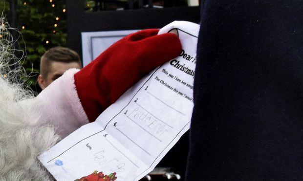 . Lediglich ein Polizei-Auto möchte der Prinz am Weihnachtsmorgen auspacken.