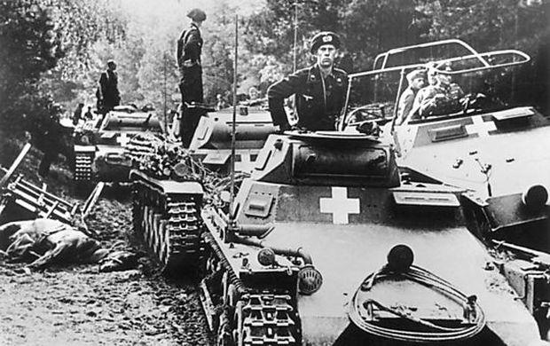 Deutsche Panzereinheit mit Panzer I (vorne) und Panzern II (hinten) am Fluß Brahe (Brda), irgendwann 1. bis 3. September 1939. Rechts im Befehlsfahrzzeug steht wahrscheinlich General Heinz Guderian.