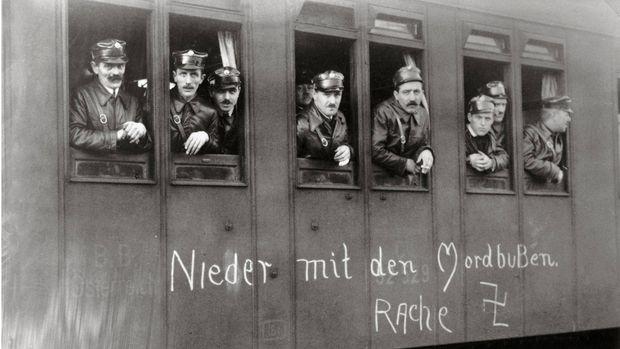 Schutzbund in einem Eisenbahnwagon =