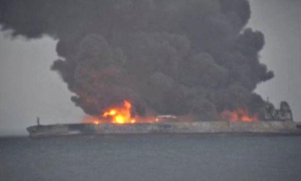"""Auf dem 274 Meter langen Schiff """"Sanchi"""" loderte ein riesiges Feuer."""