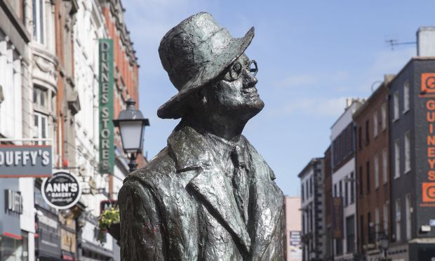 "Die Statue von James Joyce in der North Earl Street in Dublin. Recht spät wurde der irische Dichter in seiner Heimat geehrt. Dubliner nennen diese  Figur respektlos ""The prick with the stick"" oder ""The prat with the hat""."