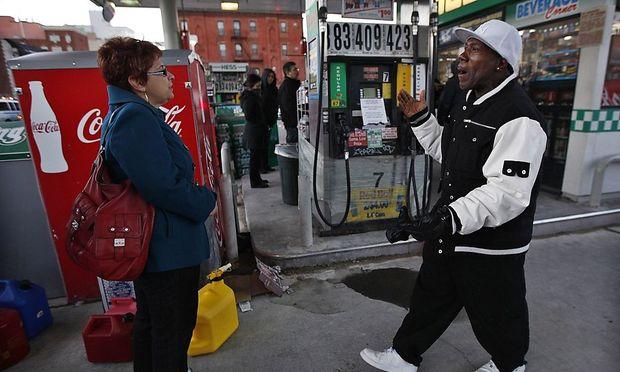 Warten auf Benzin heißt es an New Yorks Tankstellen.