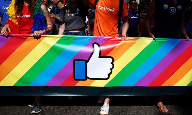 Facebook-Mitarbeiter nehmen an der jährlichen Pride Parade in New York teil.