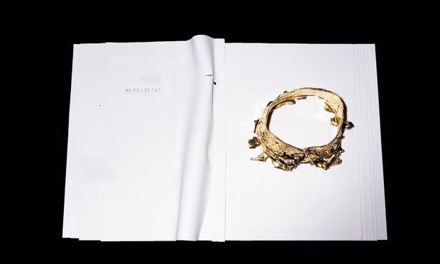 "Serie. Porzellan, papierdünn: aus der Serie ""earth burning proudly-fallen perished narcissist""."